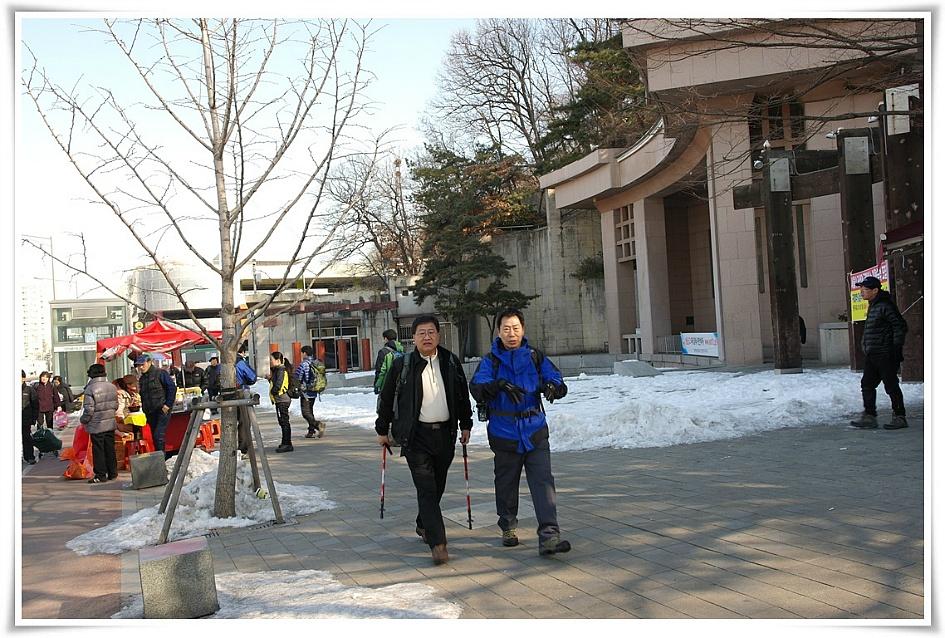 모임장소로 걸어가고 있는 등산회원들의 모습